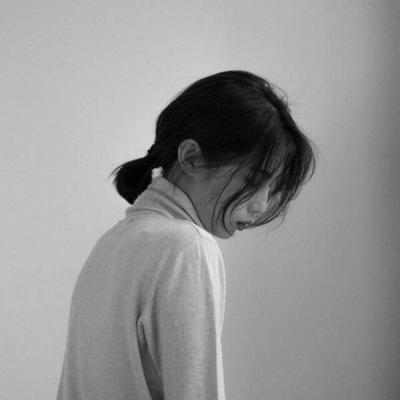 伤感女生头像黑白高清伤感颓废孤独的黑白女头
