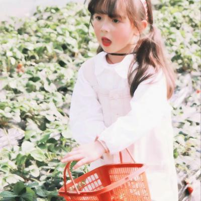 摘草莓的小女孩清新头像图片