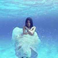 意境十足的水中穿婚纱女生头像图片