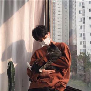 男生抱猫咪的头像高清怀里手抱着猫的男生头像图片
