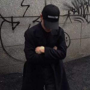 低头戴帽子的男生头像高清新潮的男生戴帽子霸气头像图片