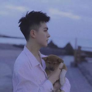 宠物头像男高清很有爱心抱动物的暖男头像图片