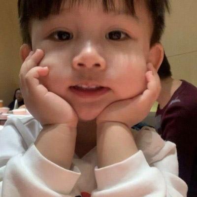 韩版萌娃头像高清可爱双手撑下巴的韩国萌娃头像图片