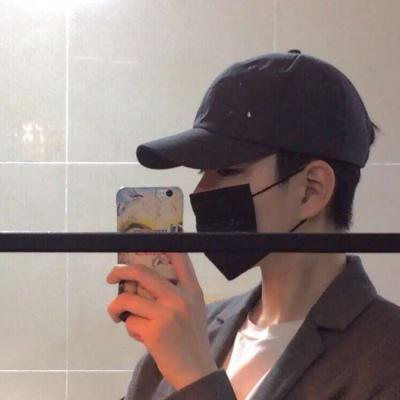 真人男生头像手拿手机高清帅气的手机自拍男头像图片